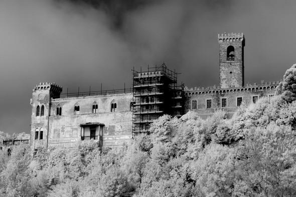De droite à gauche, le campanile de l'église saint François annexée dans le château, une des six tours de la Villa proprement dite avec son échafaudage, une deuxième de ces six tours.
