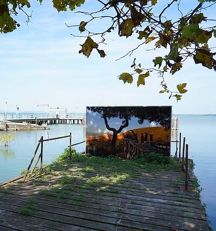 La photo de McCurry exposée à la darse de l'Isola Maggiore - La foto di McCurry al suo posto della darsena di Isola Maggiore.