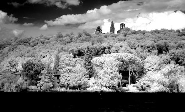 Au sommet de l' Isola Maggiore, l'église San Michele Arcangelo et, juste en-dessous, au bord du lac on entrevoit notre maison grâce à une trouée entre nos pins parasols. la