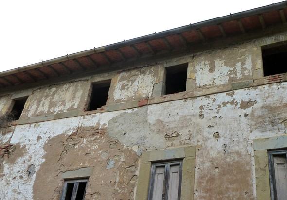 Facciata frontale, molto deteriorata, dellla costruzione del palazzo, la più al sud.
