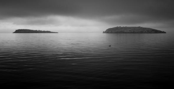 A l'est, derrière les Isole Minore et Maggiore, l'aube s'annonce.