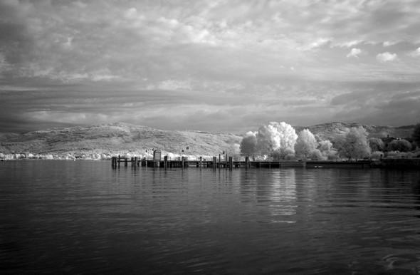 Vue du débarcadère de l'Isola Maggiore, et dans le lointain, de la rive du lac Trasimène à hauteur de Tuoro.