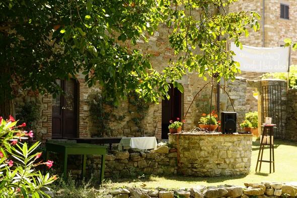 Da Via Guglielmi, il luogo di accoglienza nel giardino del Café Letterario.