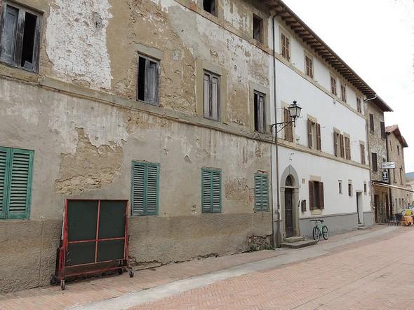 Il palazzo è risultato dall'unione di tre edifici preesistenti