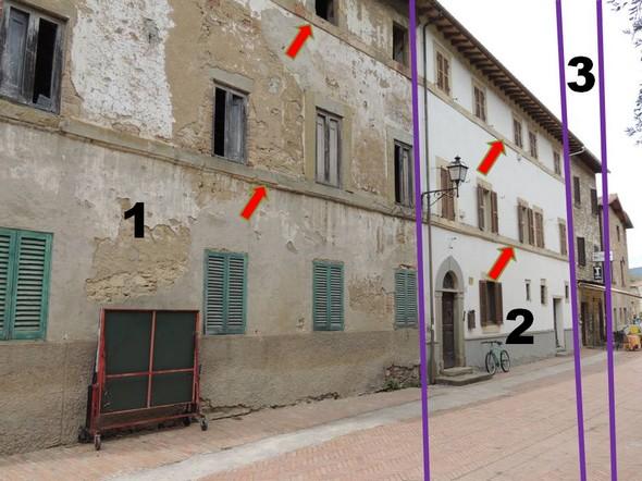 Il palazzo è risultato dall'unione di tre edifici preesistenti  -  L'aspetto esteriore è stato uniforrnato da due unici marcapiani (freccie rosse).