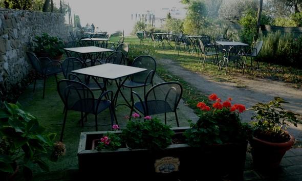 """Le jardin du bar de Silvia, au bord du lac Trasimène, et proche du débarcadère des """"traghettis""""."""