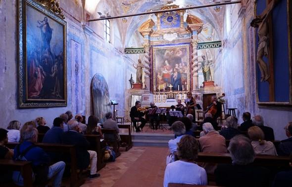 """Nella chiesa di Buon Gesù, l'Umbria Ensemble esegue """"Ashram"""", una musica del maestro Pepe Vessicchio - 6/09/2014."""