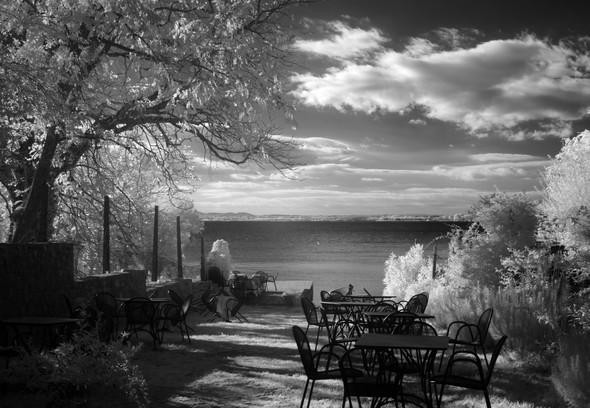 Vue générale sur le jardin du bar de Silvia à l'Isola Maggiore.