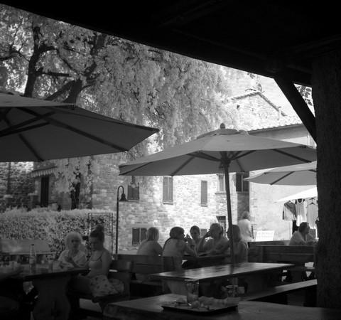 """Sitôt débarqué, on se retrouve sur la piazzetta San Francesco où la terrasse du """"IL MOLO"""" nous tend les bras..."""