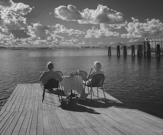 A droite, àl'entré de la via Guglielmi, moment de méditation sereine face au lac Trasimène, sur le pontile du BAR DE SILVIA...
