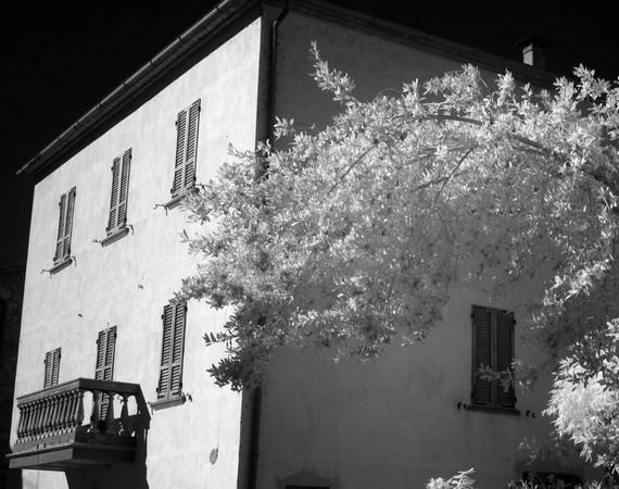 Dans la via Guglielmi, façade du restaurant L'OSO et des appartements à louer.