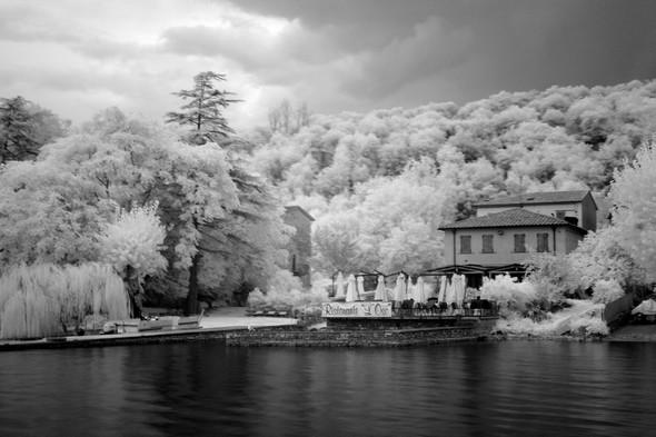 Belle terrasse et pontile du restaurant L'OSO au bord du lac Trasimène...