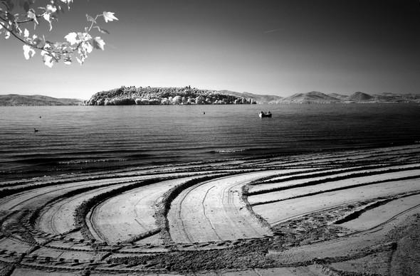 Lido di Tuoro-Navaccia e, in secondo piano, l' Isola Maggiore.