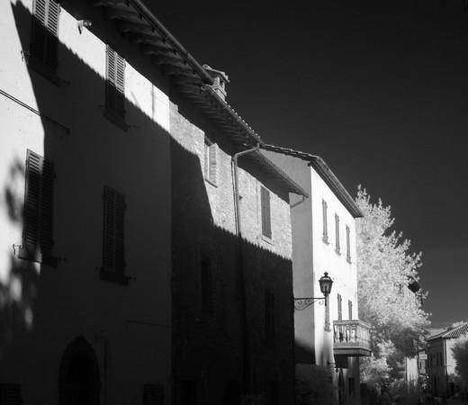 Autre vue sur la façade du restaurant L'Oso dans la via Guglielmi...
