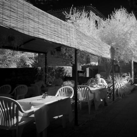 A  la terrasse-jardin du restaurant DA SAURO, un dernier client attardé...
