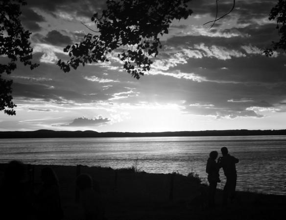Contemplation amoureuse du coucher de soleil à la darse de l'Isola Maggiore.