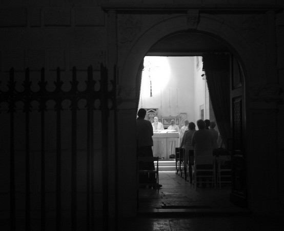 Messe le soir dans une église de la vieille ville de Molfetta - Messa vespertina in una chiesa nel centro storico di Molfetta