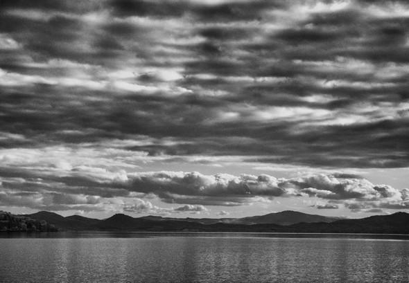 PHOTO 2 - La rive sud-est du lac Trasimène, avec tout à gauche la pointe sud de l'Isola Maggiore.