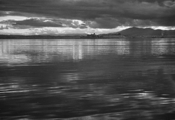 PHOTO 3 - Photo prise en direction de Castiglione del Lago dont on aperçoit la silhouette (au milieu du tiers supérieur).