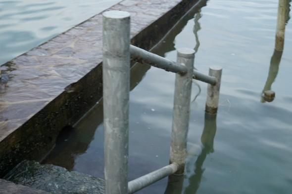 Le niveau d'eau est bien remonté dans notre darse et le premier quai est totalement sous eau.