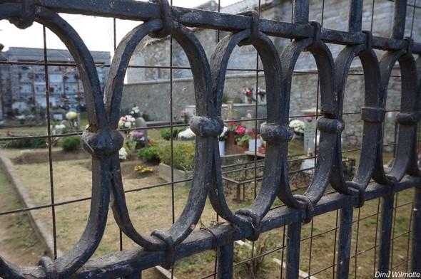Au sommet de l'Isola Maggiore, le petit cimetière traditionnellement fleuri en ce Jour des Morts.