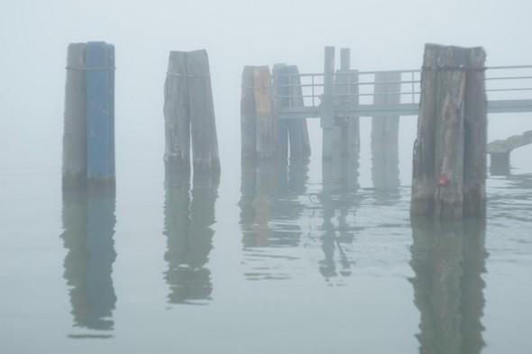 """Sur le point de contourner l'extrémité du débarcadère - On aperçoit très bien la rampe d'accès aux """"traghetti""""..."""