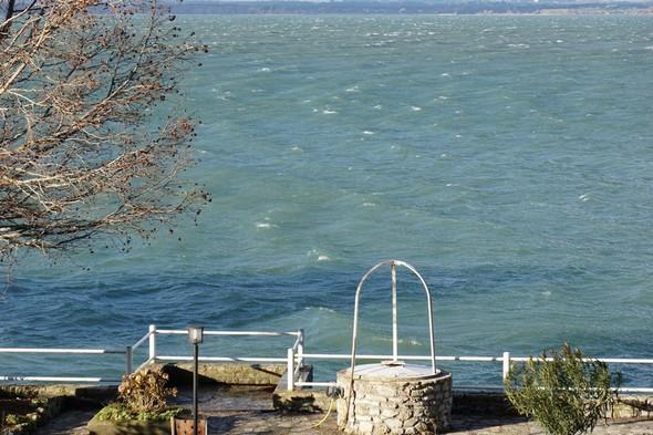 Face à notre jardin, la Tramontane pousse les vagues vers la gauche (sud).