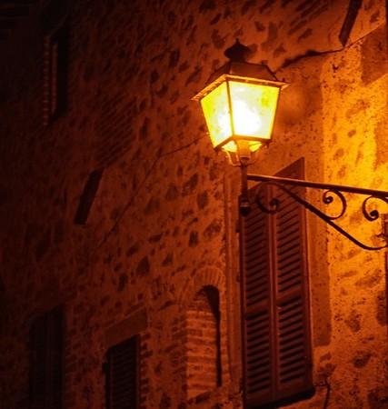 Lanterne à la lumière chaude, orangée, fantomatique...