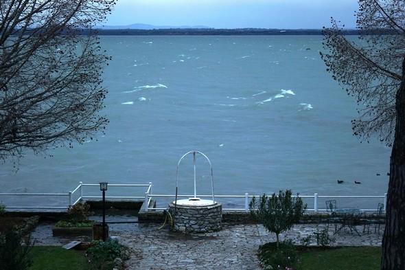 Face à notre jardin à l' Isola Maggiore.   Le Scirocco chasse les vagues vers la droite ( nord ).