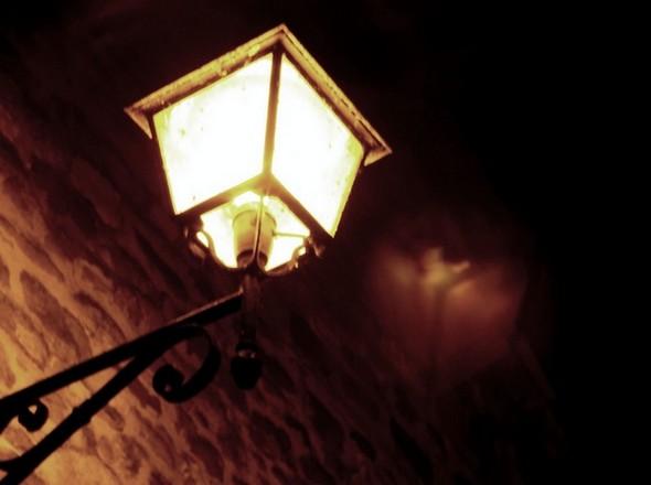 Les lanternes orangées de la via Guglielmi, son impressionnant silence et sa vacuité contribuent à créer un étrange décor hermétique, hors du temps.