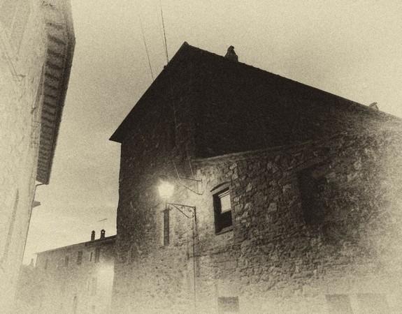 """Vue de l'extrémité nord de la via Guglielmi depuis le passage resserré qui passe devant le restaurant """"Da Sauro"""" et mène à la plage."""