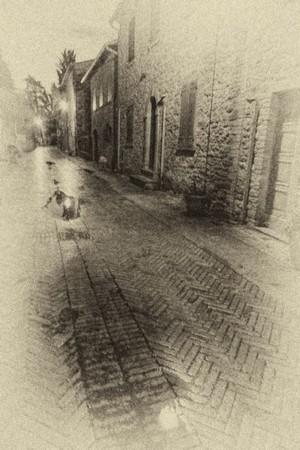 Au fond, la fin de la via Guglielmi côté sud - Illusoire présence de lanternes dans le pavement.