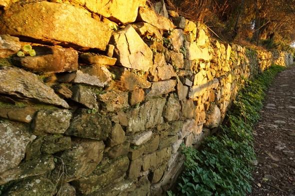 La via Tre Martiri et son mur de soutènement.