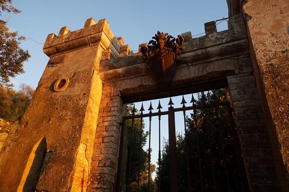 La porte surmontée par le blason du Marquis de Guglielmi.