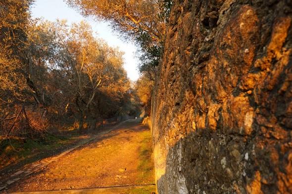Amorce de la strada di San Michele Arcangelo A droite le mur qui isole le jardin du château.