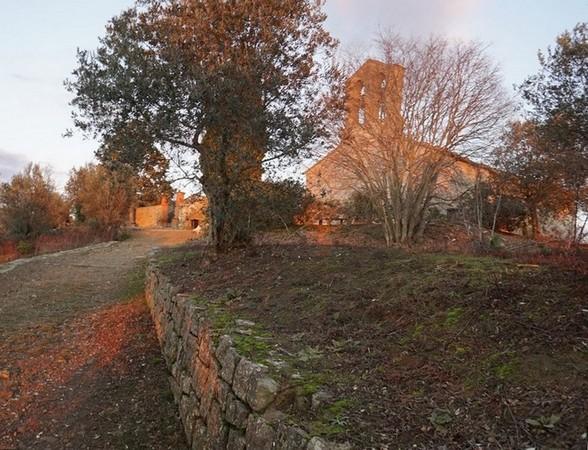 Et au bout de la strada, enfin, la chiesa di San Michele Arcangelo et... le cimetière ! 16:29.