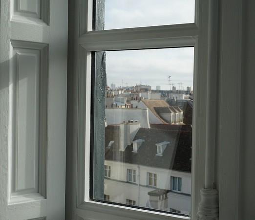 Vue d'une des fenêtres de l'Hôtel Salé qui abrite le Musée Picasso.