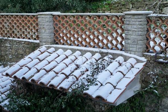 Arrivé par l'escalier extérieur sur la terrasse arrière, on surplombe le toit enneigé d'une alcôve.<br />Bien que peu convainquant, cet enneigement est néanmoins supérieur à celui de la veille.