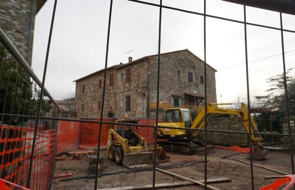 """Inizio dei lavori nell'estremità nord della via Guglielmi, sul lato del giardino del ristorante """"Da Sauro""""."""
