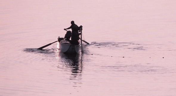 Barque traditionnelle au crépuscule  sur le lac Trasimène.1/11/2013,   17:44 © Jean Wilmotte