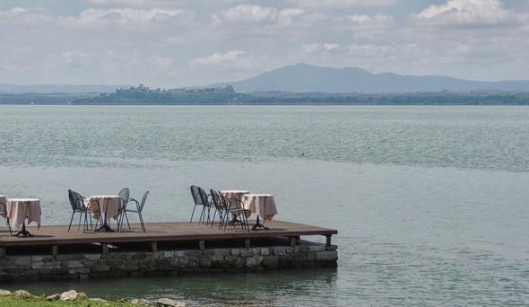 Calma e voluttà dalla terrazza-pontile del bar di Silvia, sul lago Trasimeno.