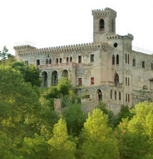 Il Castello Guglielmi nasconde nel suo cuore un convento francescano risalente al quattordicesimo secolo.