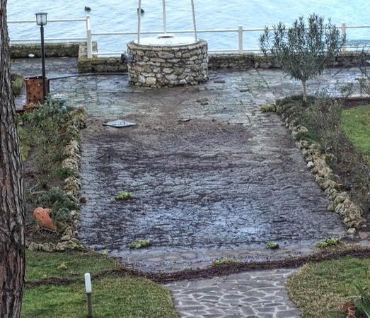 L'eau s'est retiré et a laissé le bas du jardin dans un état déplorable...