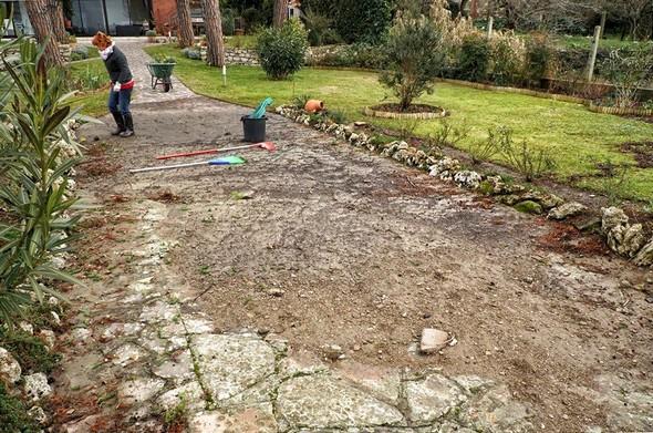 L'eau disparue, il reste la terre et les pierres qu'elle a charriée jusque dans notre jardin.Fabienne, mon épouse, va d'abord se préoccuper de l'état de ses chers rosiers.