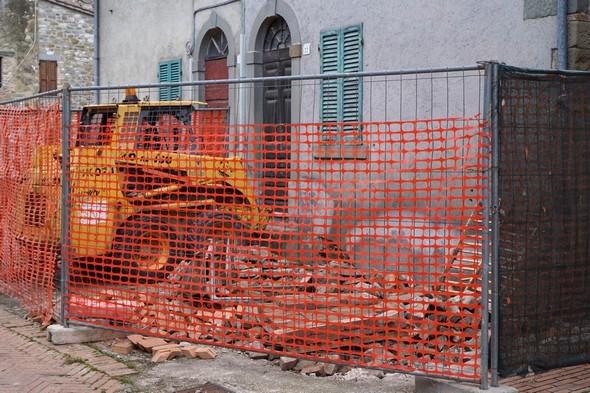 La vecchia pavimentazione è già stata strappata via.