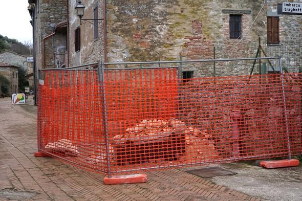 Seconda parte della via Guglielmi dove la vecchia pavimentazione è già stata strappata via.