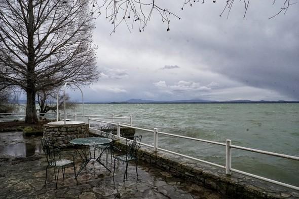Le lac Trasimène commence à s'agiter un peuet, à droite, le ciel se fait menaçant.10:51