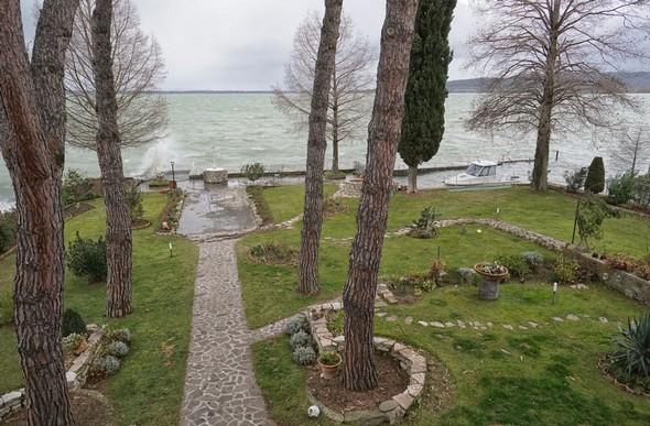 Du balcon de mon bureau, vue sur une partie de notre jardin et sur le Trasimène. Des vagues ont commencé l'assaut de la digue du jardin et de celle de notre darse. 10:54