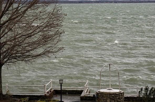 les vagues se font plus nombreuses sur le Trasimène.Du balcon de mon bureau, vue sur une partie de notre jardin et sur le Trasimène. Des vagues ont commencé l'assaut de la digue du jardin et de celle de notre darse. 10:58
