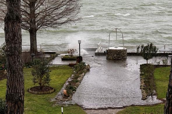 Un véritable plan d'eau apparaît dans le premier tiers de notre jardin, alimenté par les vagues qui se succèdent et passent au-dessus de notre digue.11:04.